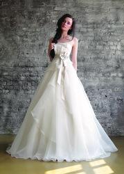 Продам изумительно красивое свадебное платье,  р. 44-46,  цвет сливки